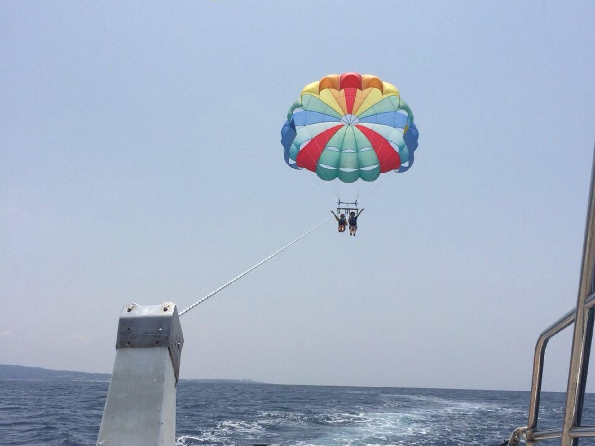 沖縄オススメリゾートかりゆしビーチで海の上をお散歩体験【パラセーリング】