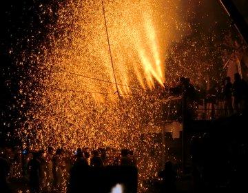 【手力の火祭り】神輿を担いだ裸男たちが、火の粉の滝へ突っ込む!? / 岐阜市・長森