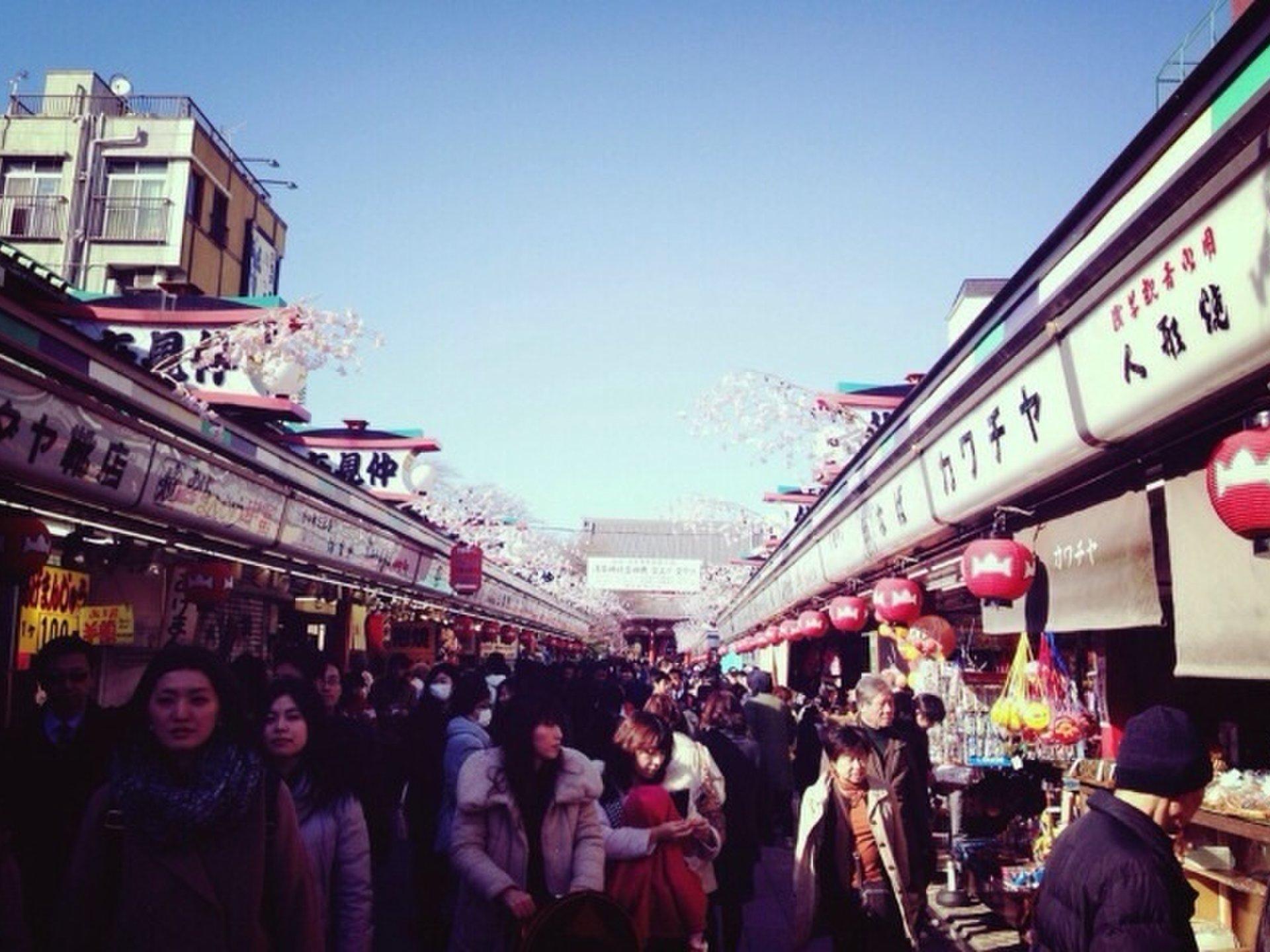 【秋にまったり浅草デート♪】浅草寺まで仲見世通りで食べ歩き!