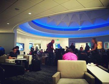 ロサンゼルス空港デルタスカイクラブラウンジ。便利なサービスや良い点と悪い点をご紹介します。