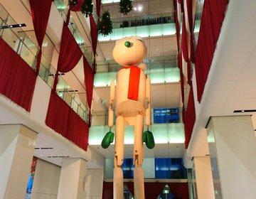 巨大なマリオネットサンタが建物内にそびえ立つ!デートの締めは絶品ハンバーガーをいただきましょう♩