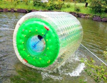 日本昭和村で「今どき」が味わえる!?大人気の巨大アクアチューブで水の上をダッシュ!