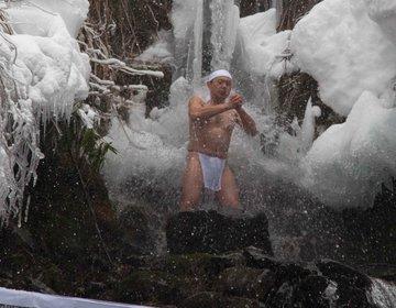 【しおざわ雪譜まつり パート1】 雪に包まれた山中で、山伏による滝打ちの水行を見る