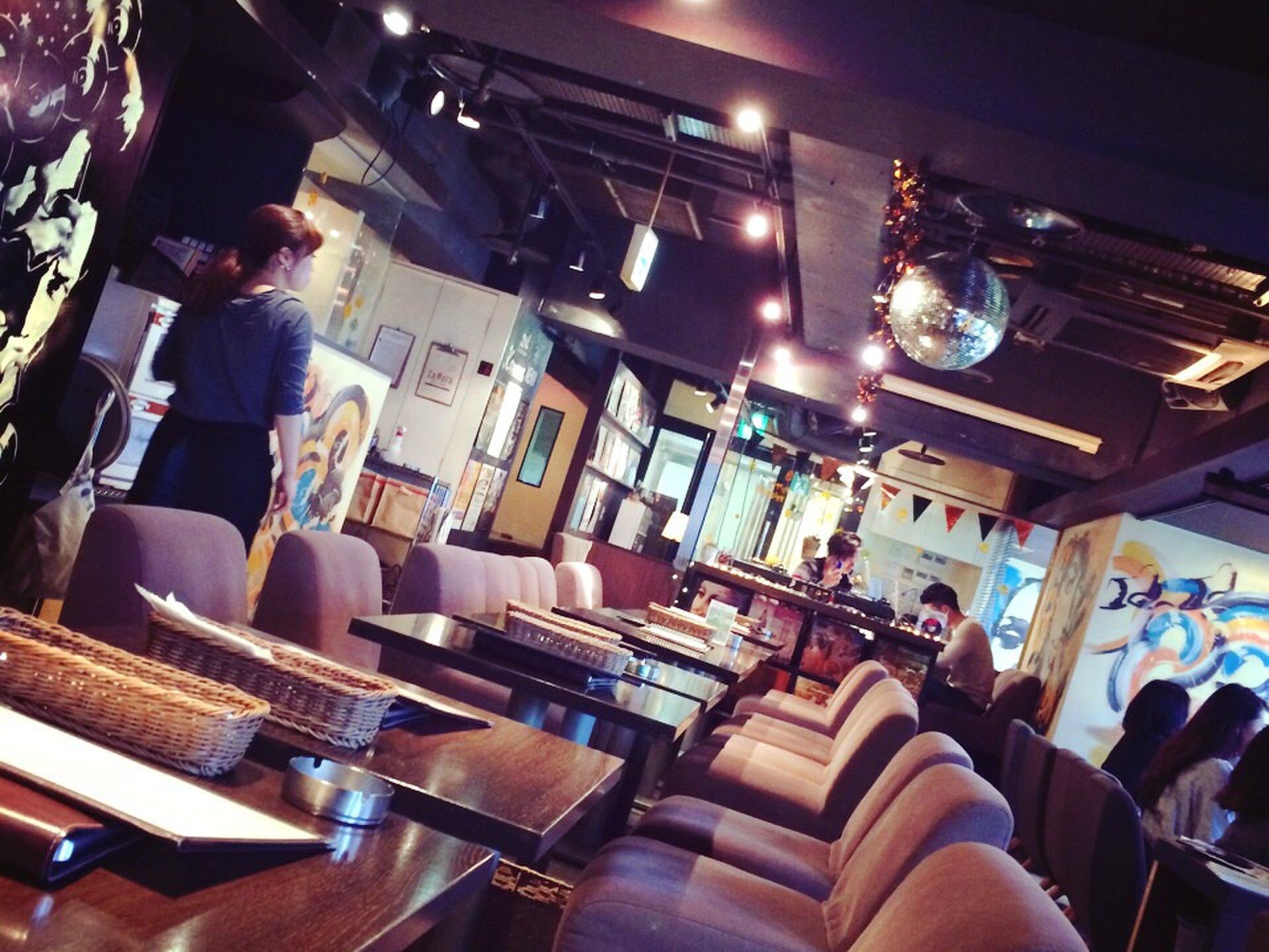 【渋谷おすすめカフェ】ミラーボールにDJブースのある店内で女子会!カップルシートでデートの休憩にも!