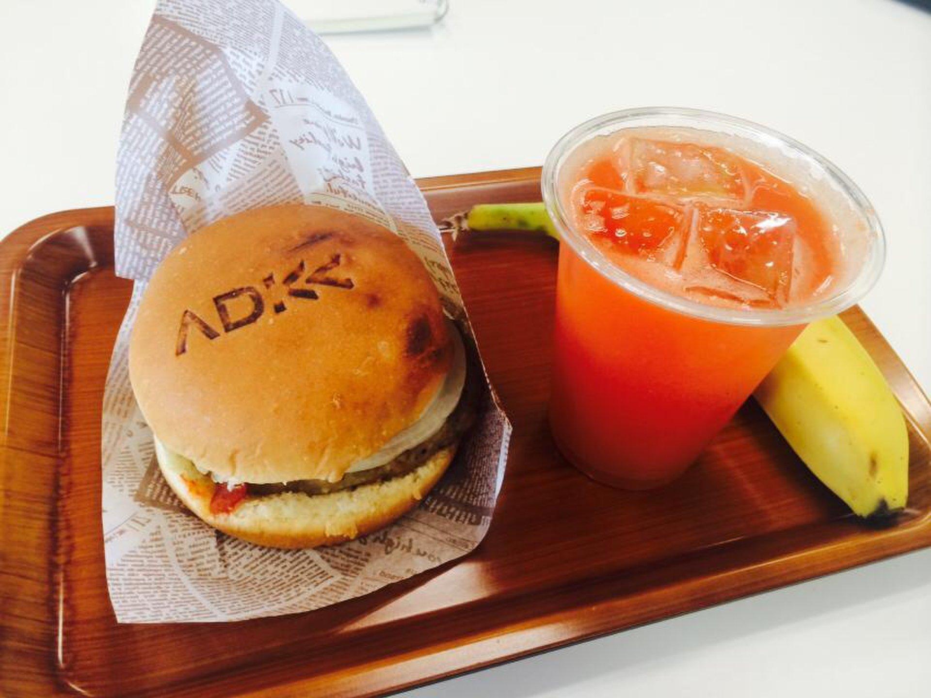 アサツーディケーさんの食堂でのみ食べられるウマすぎるハンバーガー?ADKバーガーを食べる。