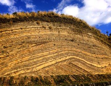 【まるで巨大バウムクーヘン!?】伊豆大島の火山噴火の歴史を辿れる地層大切断面!