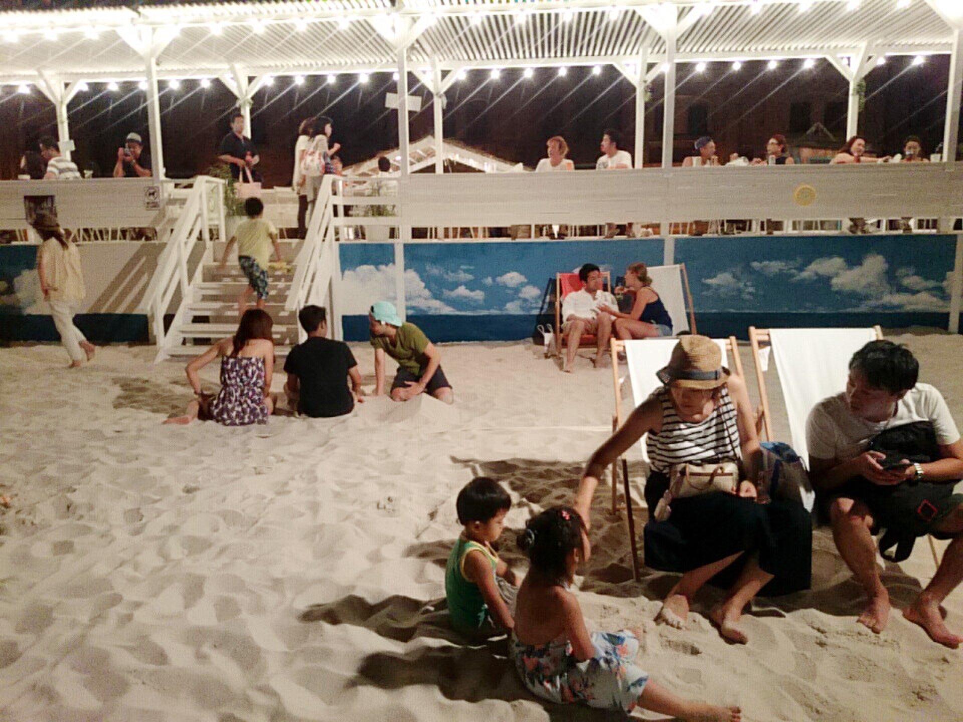 横浜みなとみらいに南国ビーチリゾートが出現!?水辺のソファや砂浜でカクテルを