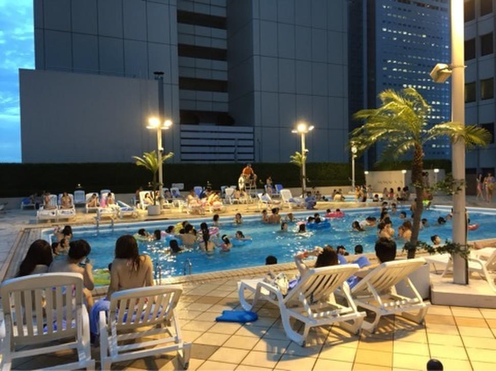 東京で激アツなナイトプールその2京王プラザホテルに女子たち