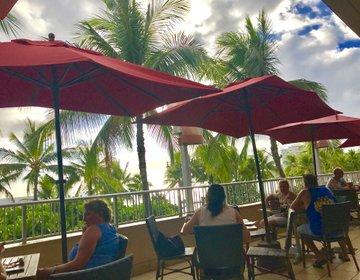 ハワイ旅行 ワイキキの海が見えるルーフトップバー!ティキバー&グリル ハッピーアワー情報も