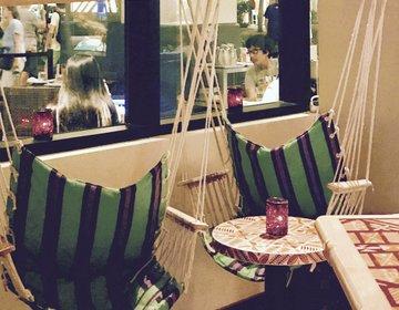 ハワイ夜デートにおすすめ!ハンモックチェアでハワイアンカクテルが飲めるバー。