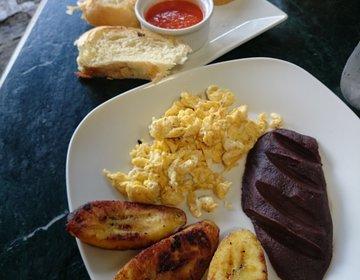 アンティグアのお洒落オープンテラスカフェ。安くて美味しいトラディショナルな朝食あり