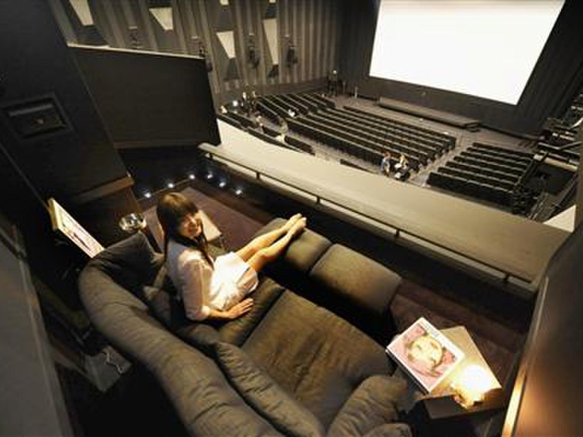 【都内カップルシートのあるおすすめ映画館】恋人と密着しながら映画が見れちゃう♡価格比較も!