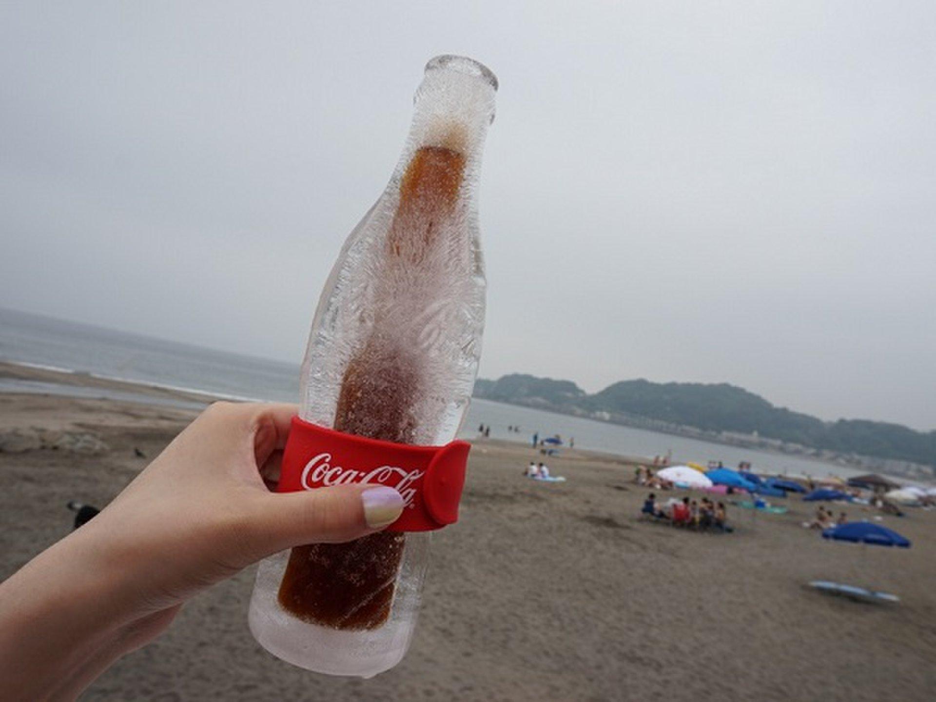 コカ・コーラ『氷のコンツアーボトル』でキンキンに冷えたコカ・コーラを飲む!