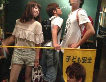 渋谷で小学生に戻れる居酒屋!?久しぶりにみんなでランドセルを背負ってみませんか?