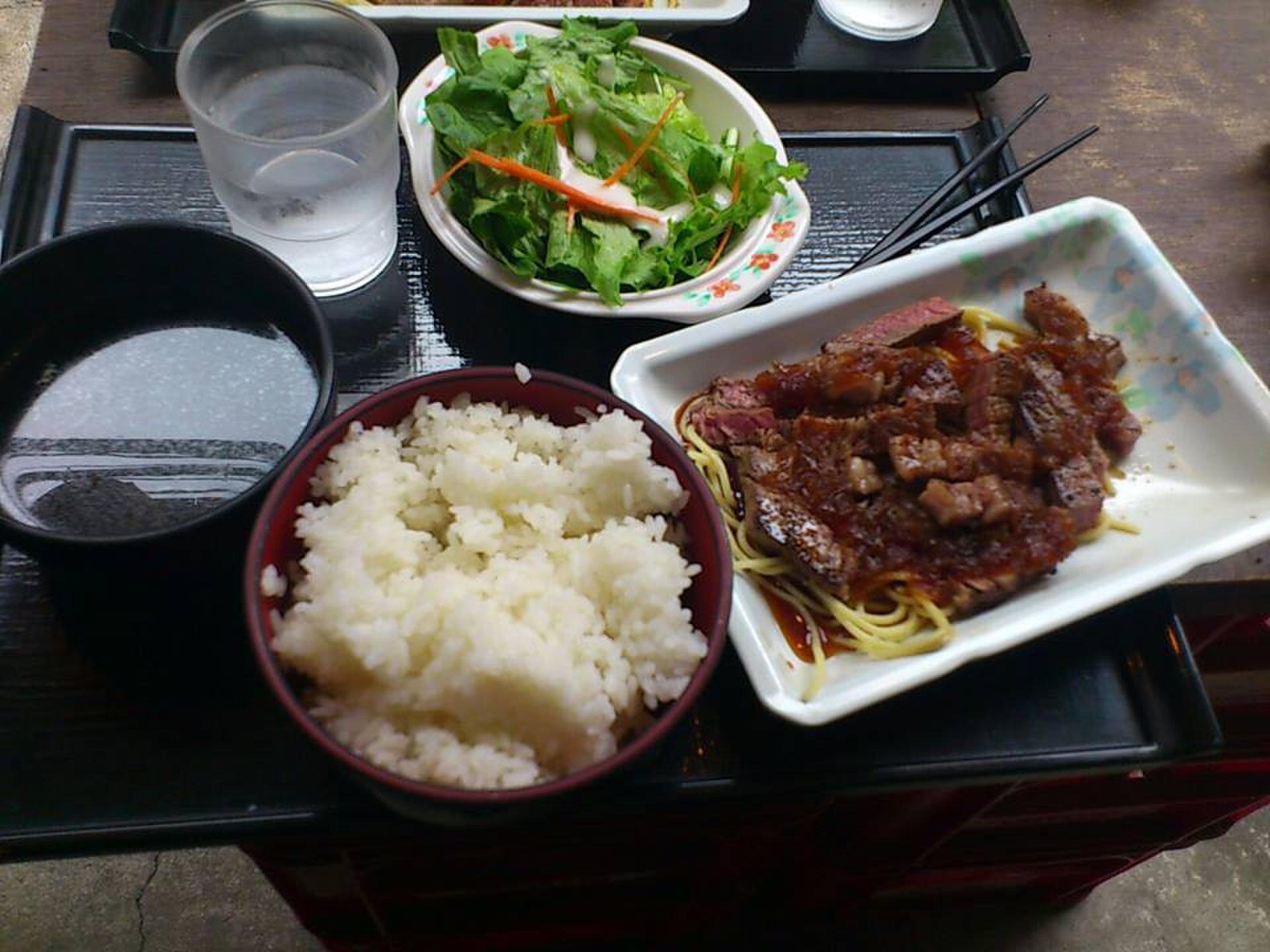 500円でステーキ!?西新宿の穴場でおいしい激安グルメスポットでお肉食べましょう!!
