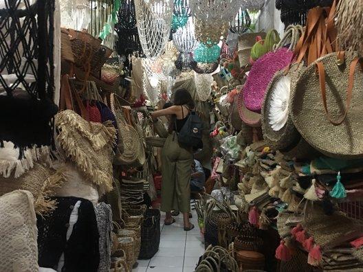 Raya Basangkasa Street(ジャランラヤスミニャックショッピングストリート)