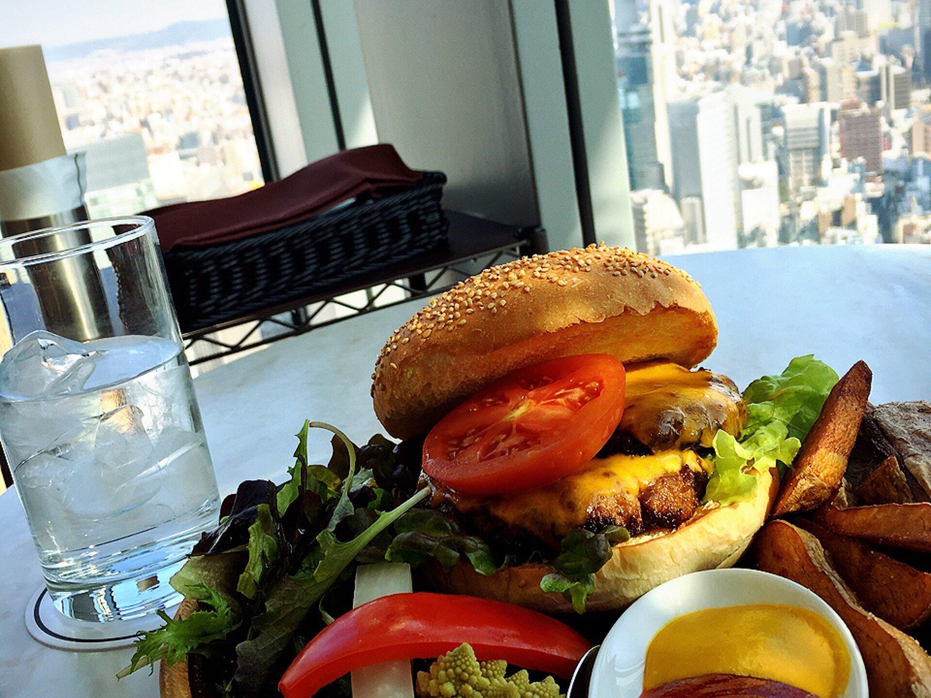 今話題☆大阪駅近く33階からの絶景を眺めつつランチから豪快に分厚いハンバーガーを食す!