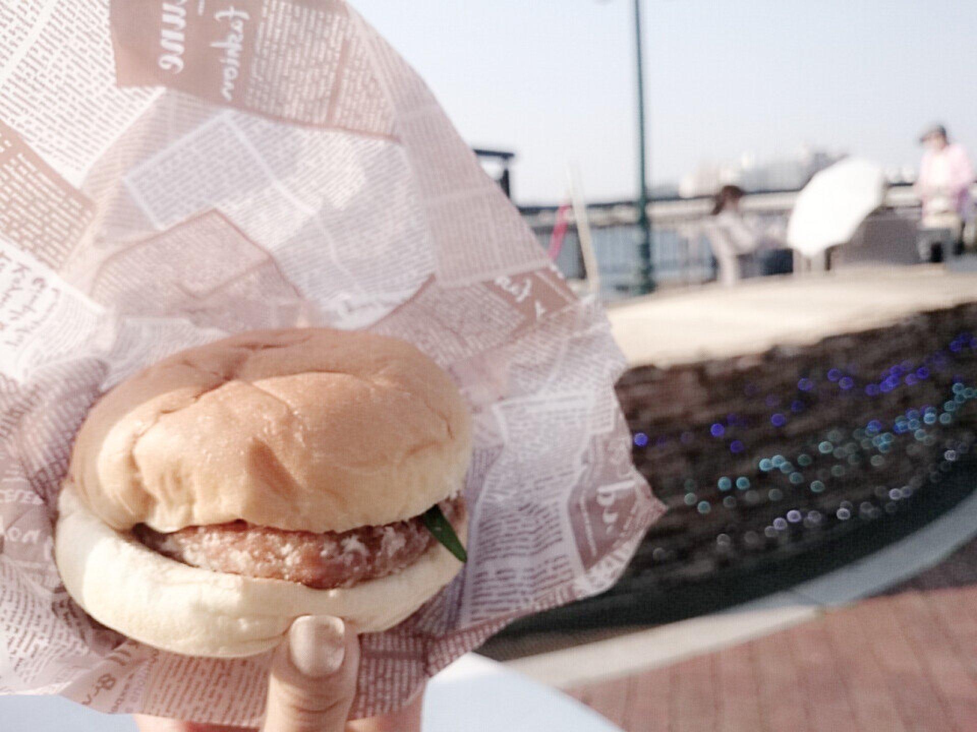 海デートに見逃せない!大人気江ノ島グルメ。絶品湘南バーガーを絶景とともに!