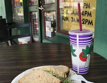 ハワイ マノアのロコ御用達穴場カフェ。アンディーブサンドイッチ&スムージーでランチ。安くて美味しい!