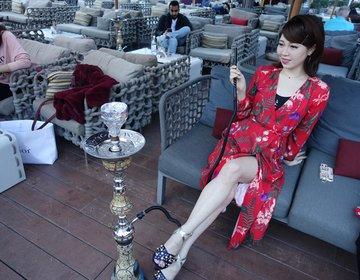 総工費1,500億円をかけた世界一の観覧車を見ながらシーシャを楽しめる優雅なカフェ。ドバイのカフェ。